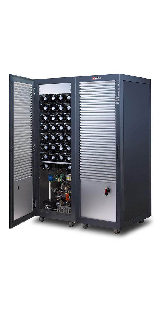 Digatron SCT, Testsystem für Superkondensatoren mit bis zu 2.000 Ampere, Doppelschrank geöffnet